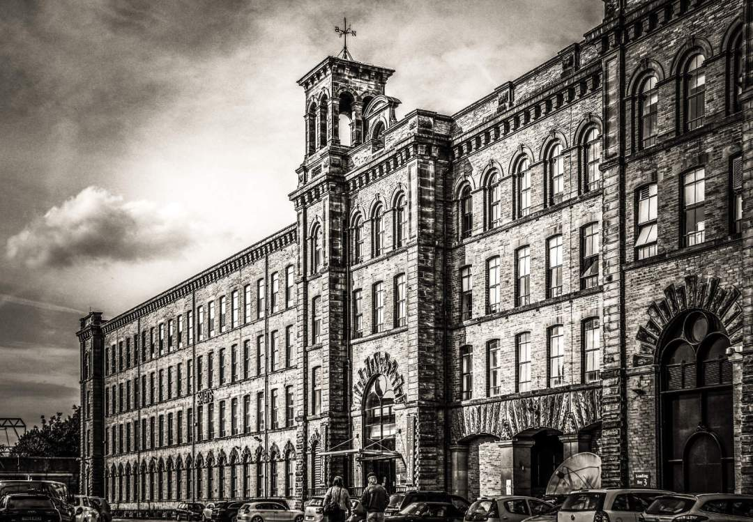 Salts Mill, Saltaire by Jeff Hgt (CC BY-SA).